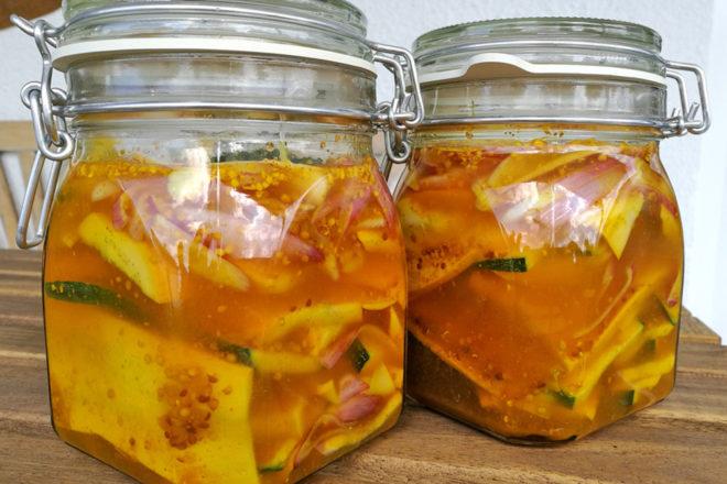 Geht ganz einfach: Eingelegte Zucchini oder Zucchini-Pickels.
