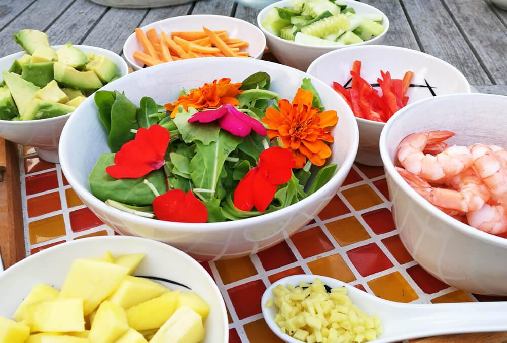 Alles bereit für Sommerrollen - ein perfektes Essen für verschiedene Vorlieben.