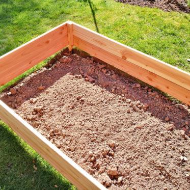 Ein niedriges Hochbeet bietet sich an, um schlechten Gartenboden auszugleichen.