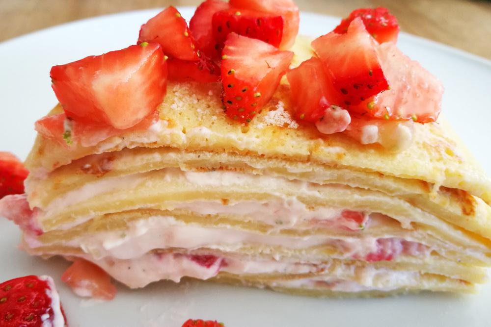 Pfannkuchentorte mit Erdbeeren und Quark